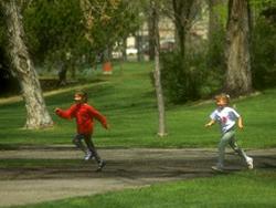 Dos niños jugando en un parque público
