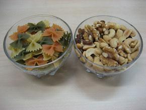 plato de pasta y plato de frutos secos